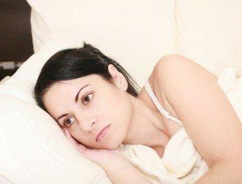 Traurige Frau im Bett
